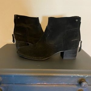 Women's Ugg suede Black booties 8